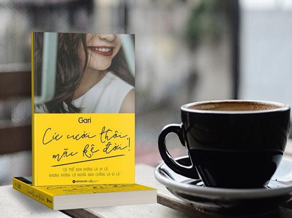 """Review sách """"Cứ cười thôi, mặc kệ đời""""của tác giả Gari Nguyễn"""